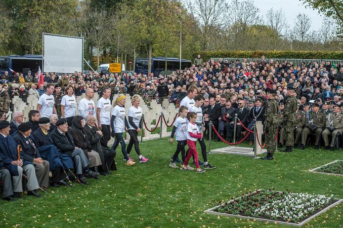 Het ophalen van het bevrijdingvuur in Wageningen gebeurt ook door een aantal Dinkellandse verenigingen.