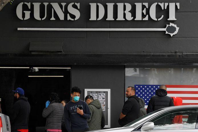 Het is geduldig aanschuiven voor een wapen in Burbank.