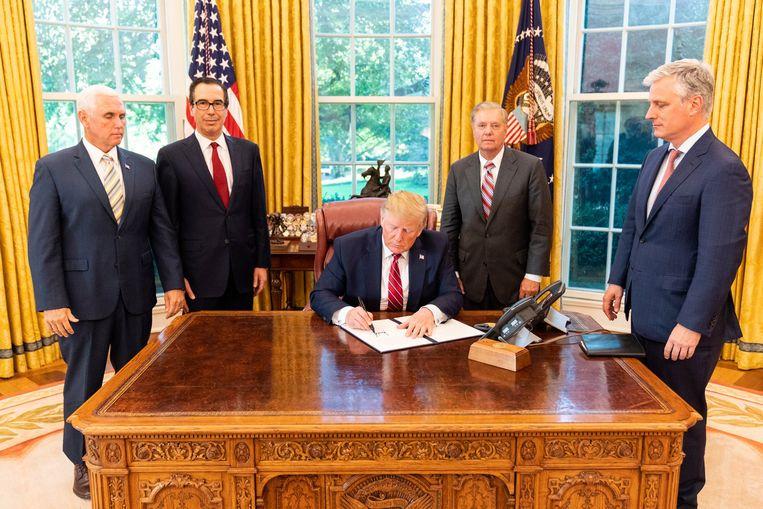 Trump tekent in het Witte Huis een document om sancties tegen de Turkse regering te bekrachtigen.