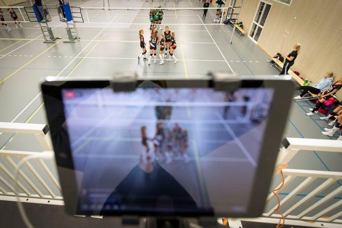 Er mag geen publiek meer komen bij sportwedstrijden, maar de volleybalsters van Apollo 8 in Borne hebben er iets op gevonden: wedstrijden uitzenden op internet.