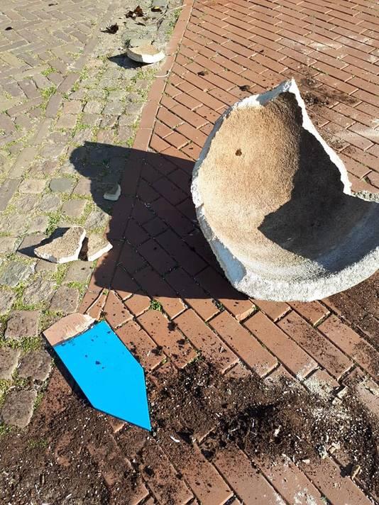 Vernielingen in het centrum van Oosterhout. Op de Heuvel ligt een stuk plantenbak met de resten van een bordje van 't Binnenhofje