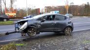 Auto gaat over de kop: man (48) raakt lichtgewond