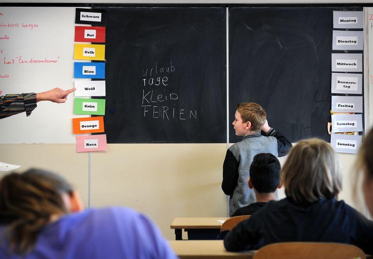 Leerlingen in groep 7 krijgen op basisschool Bosdael, nabij de Duits-Nederlandse grens, al Duitse les. Beeld Marcel van den Bergh / de Volkskrant