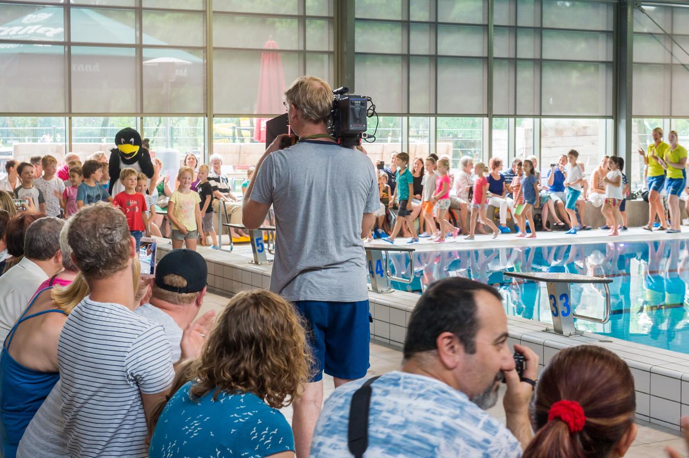 Afzwemmen bij Warande in Oosterhout. CBS uit Amerika maakte in juni 2018 opnames voor de documentaire 60 Minutes.