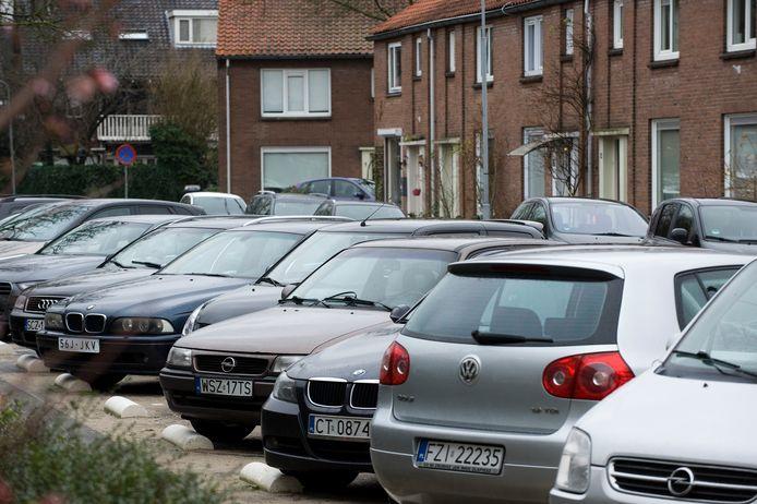 Geparkeerde Poolse auto's in de Violierstraat in Tiel.
