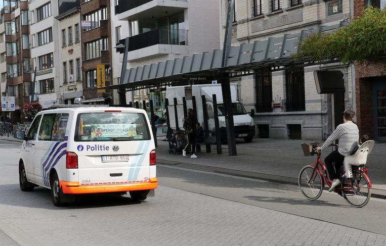De bushalte op de Grote Markt. De personen op de foto hebben niks te maken met de bedreigingen.