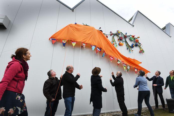 Onthulling van het kunstwerk in de kringloopwinkel in Tiel
