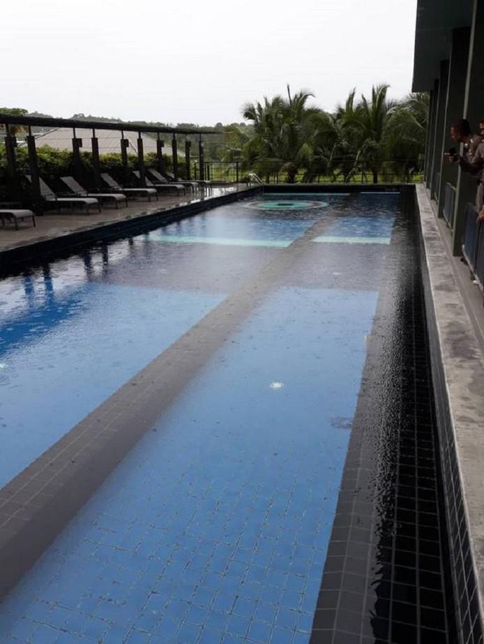 Het zwembad van het Marina Express Hotel vlakbij de internationale luchthaven van Phuket.