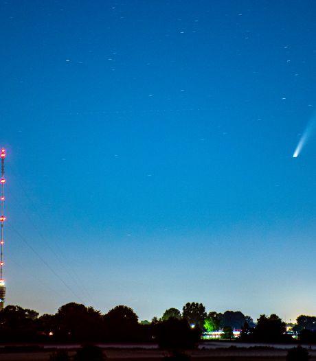 Komeet scheert langs grootste kerstboom ter wereld