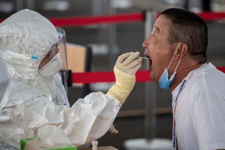 Een man wordt in Peking getest op het coronavirus.