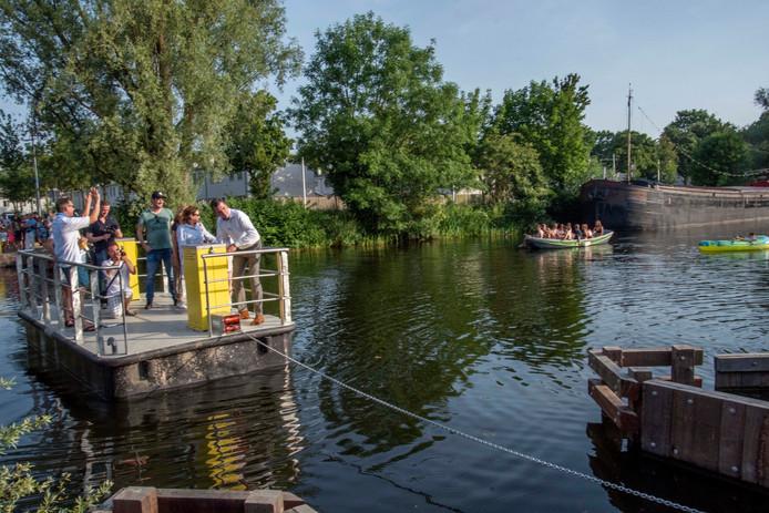 De eerste vaart van De Ferry, het pontje ligt inmiddels weer aan de ketting.