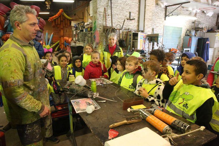 De leerlingen ontdekken de hangar van De Vrie Kadeikes.