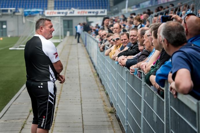 Ron Jans in conclaaf met supporters op de eerste training van het seizoen.