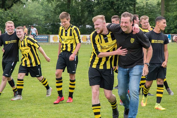 Trainer Michel Janssen van VIOS'38 omarmt een van zijn spelers na de promotiewedstrijd van afgelopen seizoen.
