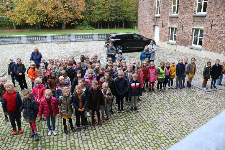 De lakei ontving de kinderen op de binnenkoer.