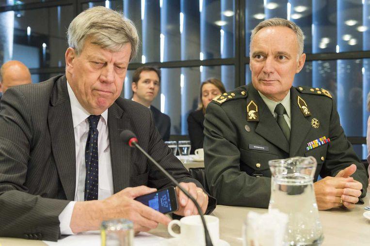 Minister van Veiligheid en Justitie Ivo Opstelten (L) en Commandant der Strijdkrachten generaal Tom Middendorp tijdens het algemeen overleg over repatriëringsmissie in Oekraïne. Beeld anp