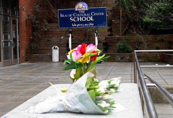 Ook in New York lieten mensen bloemen achter aan het Islamitisch Cultureel Centrum.