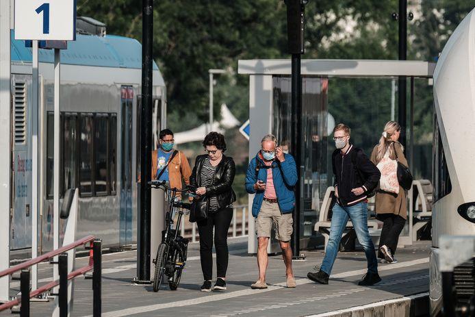 Een handjevol reizigers op het station van Doetinchem.