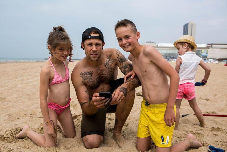 Fabian Grandhenry en dochtertje Lilou testen samen met Noa de wifi op het strand uit.