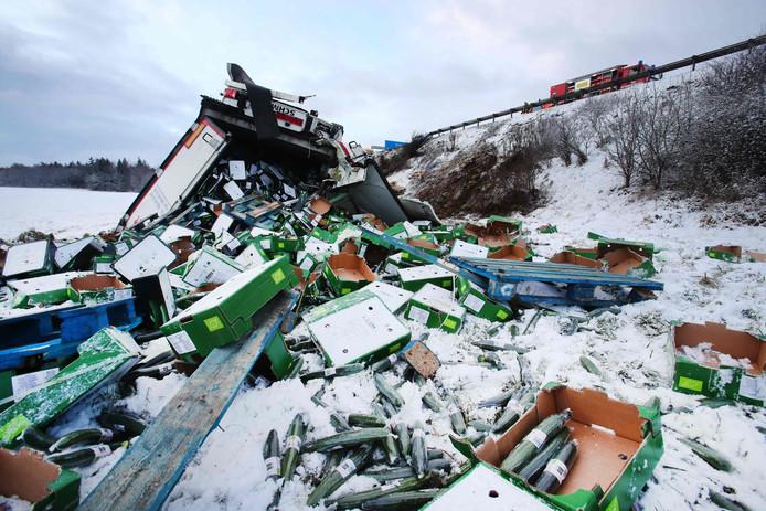 Duizenden komkommers liggen in de sneeuw nadat een volgeladen vrachtwagen van de snelweg A9 bij Schleiz in het oosten van Duitsland gleed. Foto Bodo Schackow