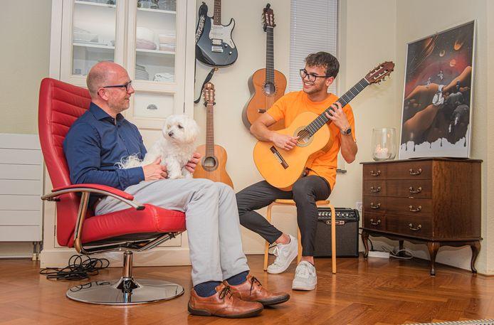 Haagse nieuwe Sam Beckers op de gitaar.