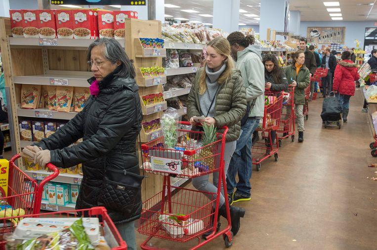 Rijen in de winkels waar inwoners van Washington eten voor een aantal dagen inslaan. Beeld EPA