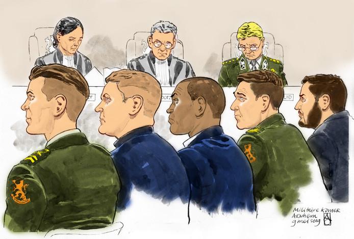 De vijf militairen van de Oranjekazerne in Schaarsbergen tijdens de eerdere zitting.