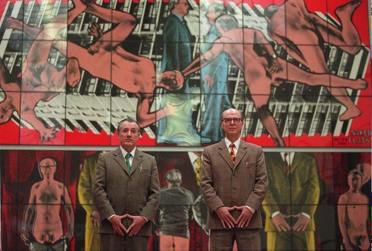 De Britse kunstenaars Gilbert (r) en George poseren in 1996 voor een van hun Naked Shit Pictures in het Stedelijk Museum Amsterdam. Beeld anp
