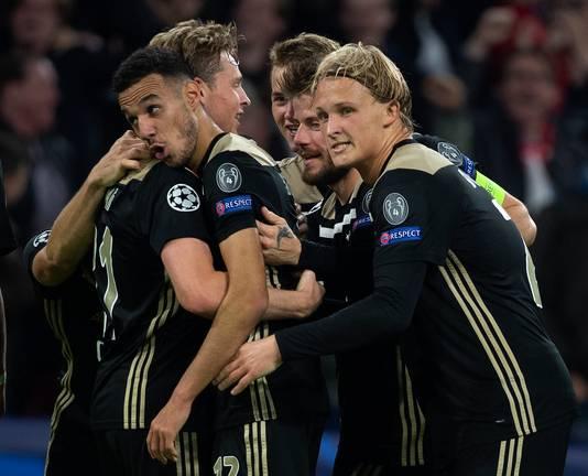 Ajax viert de cruciale goal van Noussair Mazraoui in de wedstrijd tegen Benfica in Amsterdam (1-0). Door die late overwinning staat Ajax er goed voor.