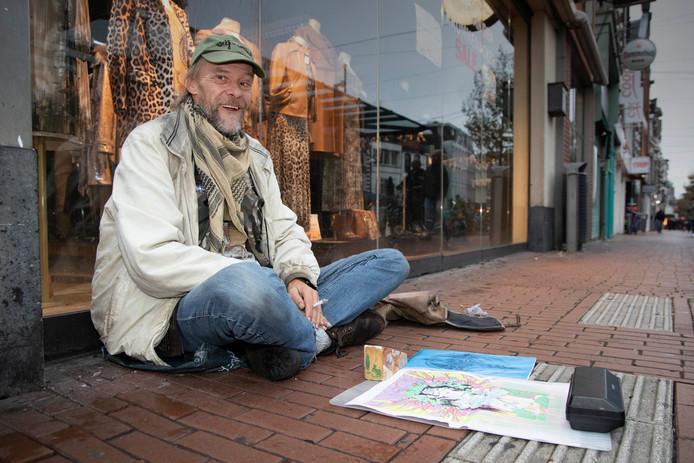 Dakloze Erik De Winkel zit met zijn tekeningen vooraan op de Molenstraat.