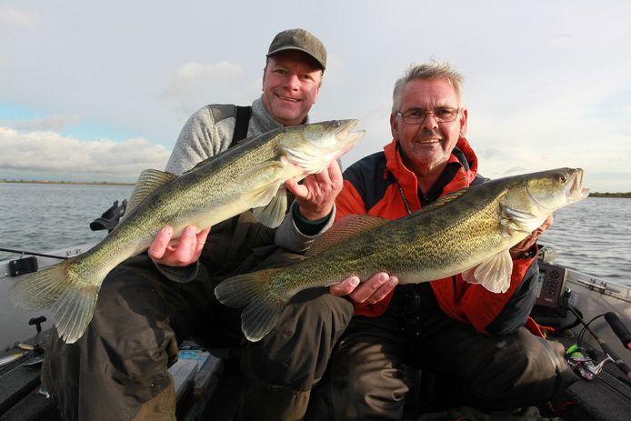 Vissers hebben twee baarzen gevangen in het Haringvliet. Snel mag dat in de zone van anderhalve kilometer rond de dam niet meer.