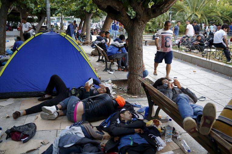 Afghaanse vluchtelingen slapen in op het Victoriaplein in het centrum van de Griekse hoofdstad Athene. Ze kwamen Griekenland vanuit Turkije binnen via het eiland Lesbos. Daar kwamen duizenden vluchtelingen, zoveel dat zij door de autoriteiten met passagiersschepen naar Athene vervoerd. Beeld reuters