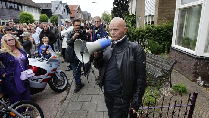 Archieffoto. Jos Aalders (met megafoon) van Partij Rechten Kind heeft het woord voor het huis van een bestuurslid van pedovereniging Martijn tijdens de protestmars van Partij Rechten Kind op 3 juli 2011 in Hengelo