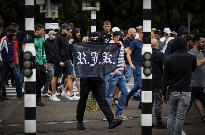 Demonstranten zoeken de confrontatie met de politie bij het Centraal Station Den Haag.