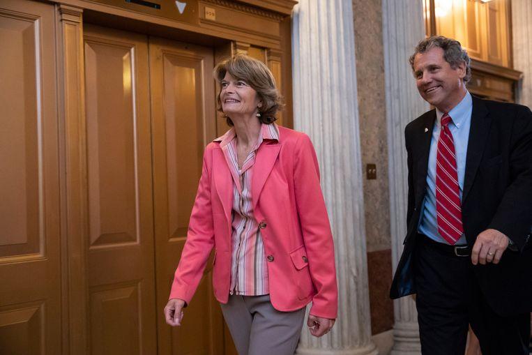 De Republikeinse senator van Alaska Lisa Murkowski (links)