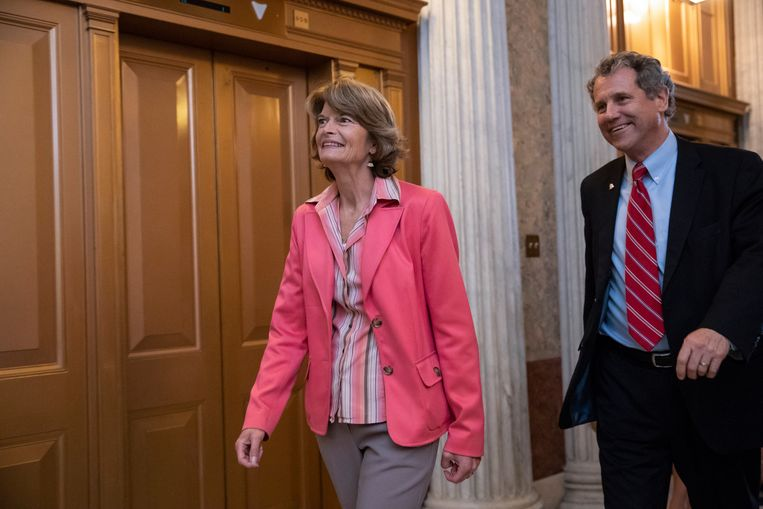 De Republikeinse senator van Alaska Lisa Murkowski (links)