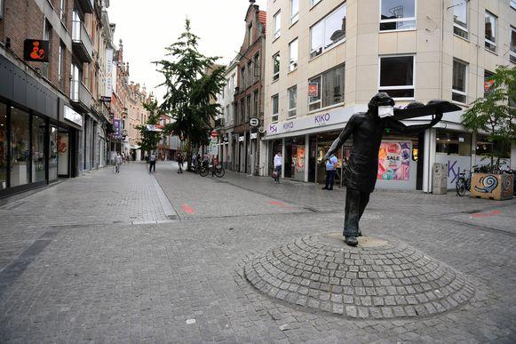 De Diestsestraat, naast de Bondgenotenlaan dé winkelstraat in Leuven, blijft akelig leeg.