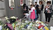 Sympathisanten leggen bloemen neer aan Joods Museum