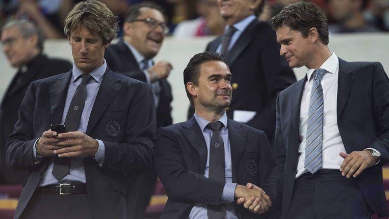 Ook Edwin van der Sar (l) en Marc Overmars (m) bekijken PSV-Ajax voor de buis. Beeld epa