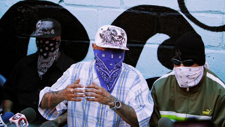 Leden van de straatbende Calle 18 tijdens een persconferentie in een gevangenis in San Pedro Sula. Beeld REUTERS