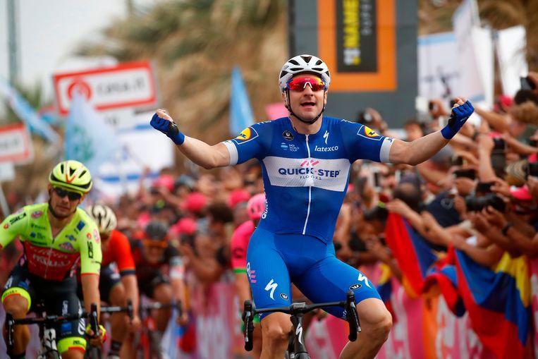Elia Viviani juicht terwijl hij de finish behaalt van de tweede etappe van de Giro d'Italia op 5 mei 2018. (AFP) Beeld null