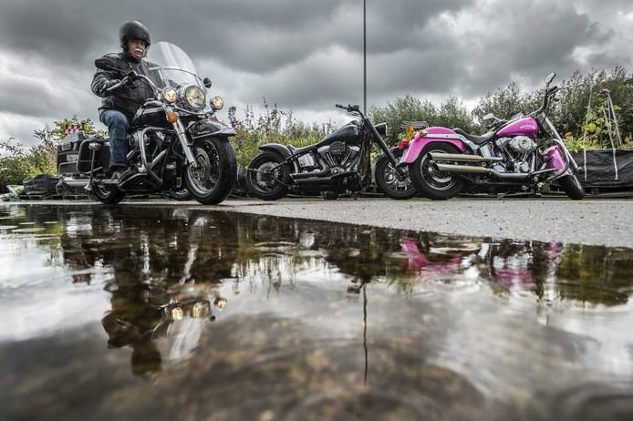 Ook bij Belcrum Beach wordt het niet superdruk met motoren. Door het regenachtige weer gaan veel motorrijders eerder weg, of ze gaan even naar huis om droge kleren te halen. foto ron magielse/pix4profs
