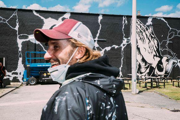 Matthias Schoenaerts schilderde vorige maand graffiti op een gevel op de binnenkoer van de gevangenis in Oudenaarde.