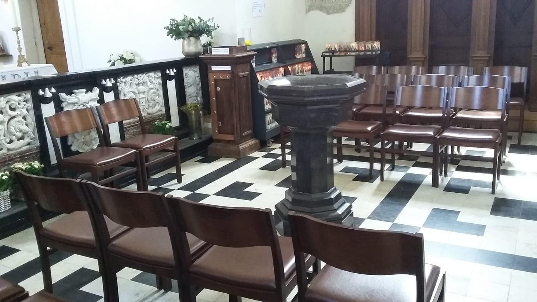 In het kapelletje in Minderhout prijkt een nieuwe doopvont.