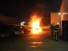 Auto in lichterlaaie bij garage in Rijen, brandweer voorkomt overslaan vuur