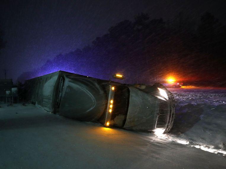 Zelfs de grootste gevaartes zijn niet veilig op de weg. Deze monstertruck schoof van de rijweg in Georgetown, Delaware.