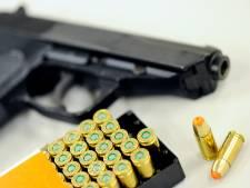 Drietal aangehouden dat met vuurwapen liep op het Spui