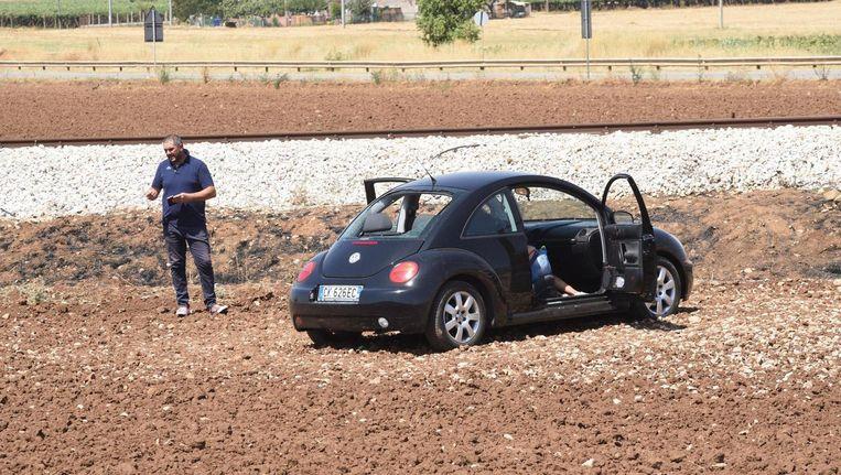 Een auto staat op de plek waar de verdachte maffiaclan de moorden heeft gepleegd. Beeld Franco Cautillo