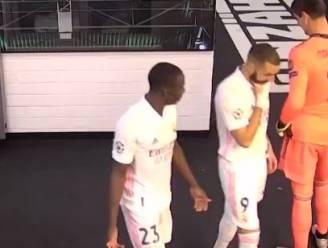 """Heibel bij Real, waar Benzema aanmaant om de bal niet meer naar Vinicius te spelen: """"Hij speelt tégen ons"""""""