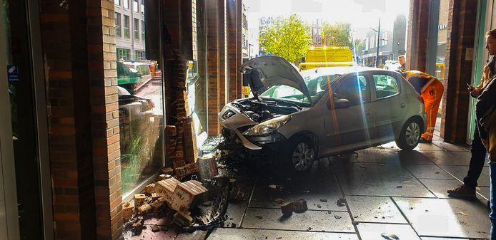 De klap was enorm, de schade aan LUX en aan de auto ook.